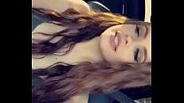 Aburrida en el coche