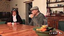 Image: Une vieille nonne baisee et sodomisee par Papy et son pote