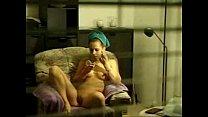 Hermosa desnuda frente a la ventana con persian...