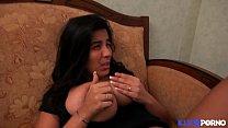 Sarah, beurette à gros nichons, fait sa première scène porno avec Tony Carrera [Full Video] صورة