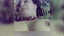 بنت حلوة قمر تغري حبيبها على السرير وينيكها في كسها صورة