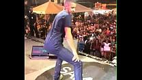 Novinho seduzindo no palco de Samyra Show, rebolando no palco!