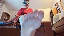 Sei il mio schiavo preferito pulisci tutti i miei piedi sporchi صورة