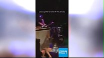 Gostosa bebada mostra a calcinha no palco do baile funk