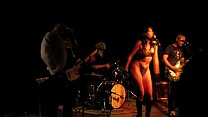 Rock singer takes off her clothes in concert缩略图