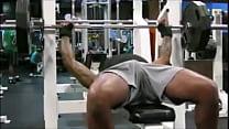 Fitness: homens exibem suas malas, durante exercícios físicos