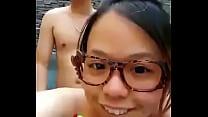 新婚小夫妻在蜜月酒店露天浴池啪啪自拍,做爱做的一脸享受