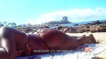 Whats App (71)9635-8941 - Realizador Baiano passando bronzeador e enfiando dedo na bucetinha da negra rabuda, na praia em Salvador Bahia. Exibicionismo amador negro , swing,  menage, gangbang, bdsm, praia