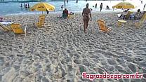 Flagra da sósia da ex-panicat Juju Salimeni na praia de biquíni enfiado na bunda Vorschaubild