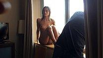 Grabo a mi hermana desnuda al lado de la ventana sin que ella se de cuenta