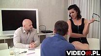 Polskie porno - Nowa szefowa jest bardzo wymagająca więc chłopaki bardzo się starali aby dobrze ją zerżnąć