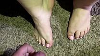 Nice Cumshot on my slutty girlfriends' sexy feet.(amateur)