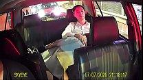 Thổi kèn trên xe taxi