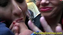 Duas amigas chupando um cara no onibus até ele gozar preview image