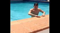 Safadinho sai da piscina excitado - Gayrotos - http://gayrotos.blogspot.com