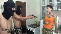 Travesti tem casa invadida e abusada por bandidos do pau grande, GAUCHO e BAIANO ( COMPLETO NO RED ) Sabrina Prezotte.