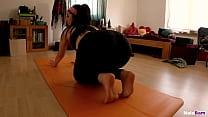 Meine Mitbewohnerin sieht so geil aus beim Yoga!