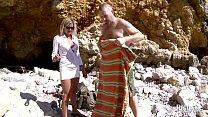 Tamara et son mari en trio avec un petit jeune sur la plage video