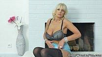 European milf Roxana tastes her own pussy