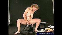Teen big-tit amateur cums on the sybian Vorschaubild