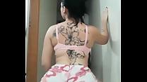 Morena tatuada rebolando