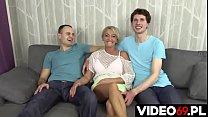 Polskie porno - Prawdziwa mamuśka z temperamentem postanowiła pokazać chłopakom, że nie straszne jej nawet dwie pały