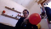 Questi palloncini colorati fanno eccitare così tanto tua madre che ci squirta sopra come non mai صورة