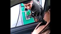 Cargando gasolina la puta de Alexxxa Milf con las tetas de fuera