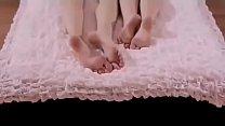 Amigas novinhas  brincando na cama ama