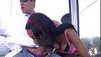 Negra chupándola en público - Black girl wild b...