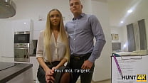 HUNT4K. Une ado en costume strict et en lingerie sexy montre ses compétences sexuelles