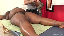 Big bellied black girl Daphne Daniels gets a sex massage Vorschaubild