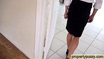 Hot property manager seduces her boss in an empty house Vorschaubild