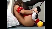 Niña jugando con su peluche
