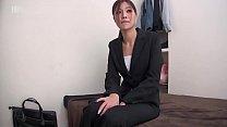 同僚と社内恋愛中の美人営業が男性の年配の顧客が...