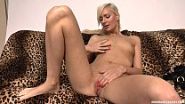 Slim blonde lady Lenny Elleny sucks a dick Vorschaubild