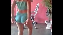 Novinha branquinha dançando funk de short