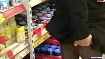 mulher enfia plug no cu dentro do supermercado thumbnail