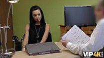VIP4K. Adorable fille russe chevauche la bite d'un agent de crédit dans son bureau