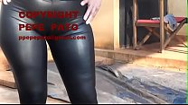 Señora en calzas negras engomadas