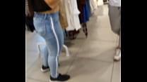 Ssfada Luana Kazaki vai passear mostrando os peitinhos e fica provocando o vendedor