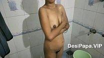 सुंदर भारतीय भाभी बाथरूम में नग्न