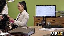 VIP4K. Elis Dark bittet um Kredit und spreizt ihre Beine im Büro