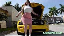 Big-ass gal tries to fix car Vorschaubild