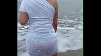 mi novia en la playa con su rica tanga marcada