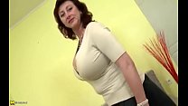 TANNED MOTHER CATCHES SON JERKING OFF TO HER VI...