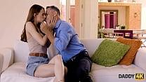 DADDY4K. Le sexe avec le père de BF est comment une fille éblouissante se venge de son homme