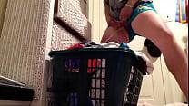Long piss in the laundry basket Vorschaubild