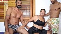 CASAL INICIANTE- Marido convida negro dotado e um amigo pra foder a esposa na sua frente enquanto ele fica apreciando sua mulher sendo fodida