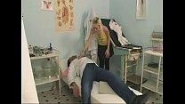 Sie hat so Bock auf ältere Männer und fickt ihren Arzt - Vorschaubild